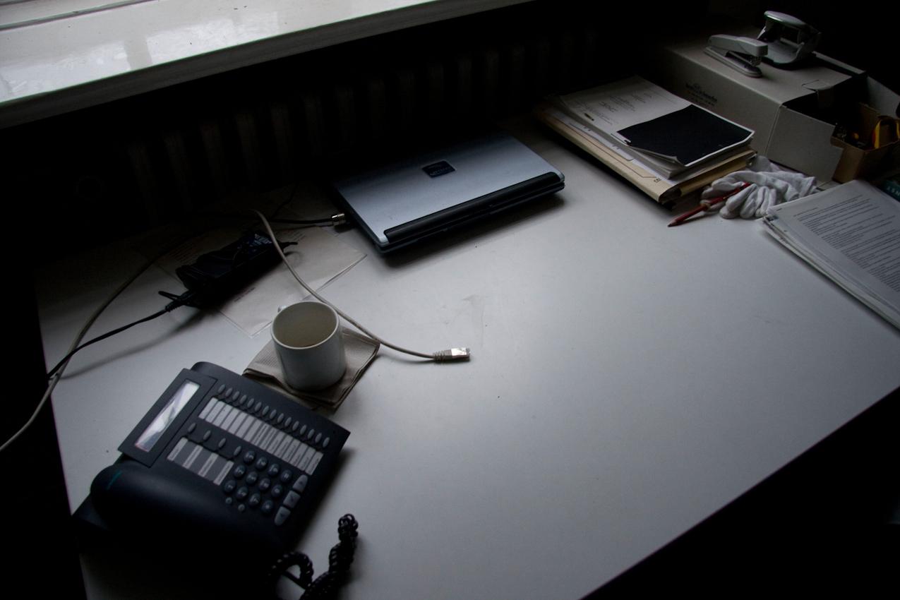 Ein Schreibtisch kurz nach Feierabend (der private Laptop wurde bereits ausgestöpselt und mit nach Hause genommen) im Institut für Geschichte und Ethik der Medizin (Martinistraße 52, 20246 Hamburg).
