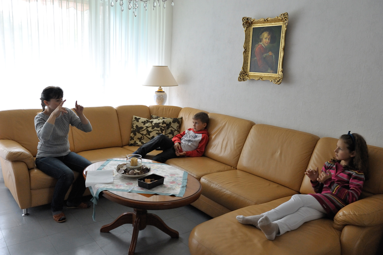 Mittags, 14 Uhr. Marieta Durczok ist zu Hause angekommen und auch Britta und Daniel sind von der Schule zurück. Im Wohnzimmer erzählen sie sich in der Gebördensprache, was sie am Vormittag erlebt haben.