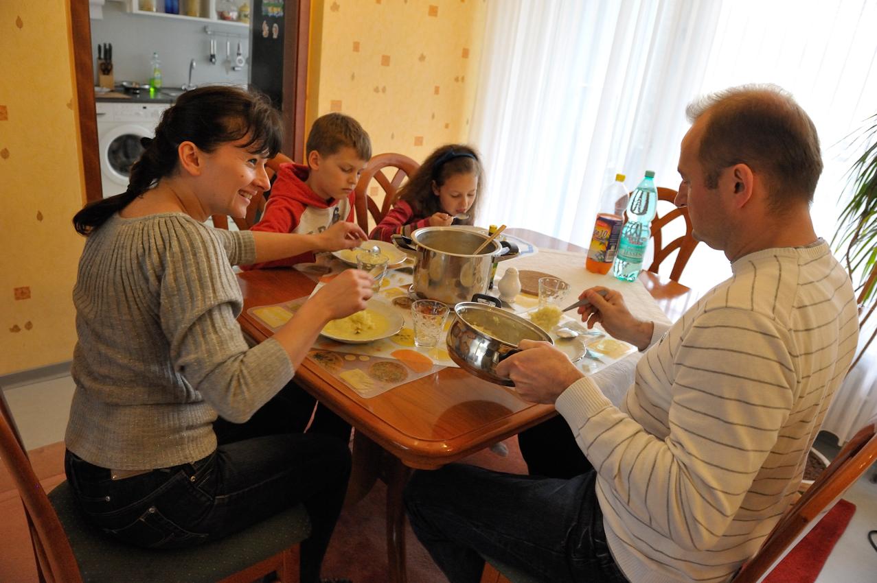 Während seine Frau auf der Arbeit war, und die Kinder in der Schule, hat Joachim Durczok, wie jeden Tag gekocht, denn er ist arbeitslos. Heute gibt es Kartoffelsuppe, die sich die Familie mit großem Appetit schmecken lässt.