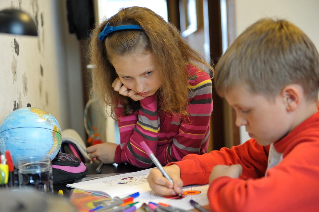 Nach dem Mittagessen, bevor es zum Reiterhof geht, sollen Britta und Daniel ihre Hausaufgaben machen. Aber beide haben keine Lust dazu.