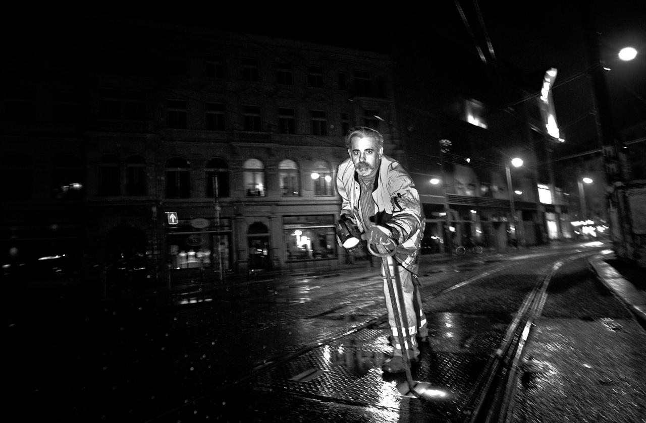Tre Guill (47), Mitarbeiter der BVG (Berliner Verkehrsbetriebe), prüft gegen 04.30 Uhr morgens am Hackeschen Markt in Berlin die Weichen einer Tram-Linie. Zusammen mit Kollegen prüft und reinigt er die Schienen der Tram - immer nachts, wenn kaum Verkehr auf den Straßen herrscht und die Tram-Linien nur im 30-Minuten-Takt fahren.