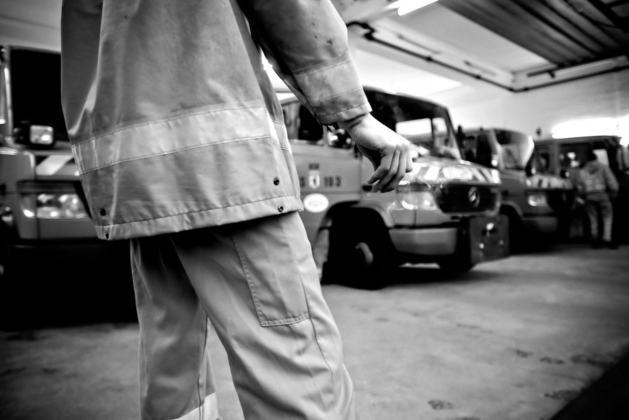 Noch eine Zigarette raucht morgens um 06.00 Uhr ein Mitarbeiter der Berliner Stadtreinigung (BSR) vor Schichtbeginn vor der Fahrzeughalle. Noch im Morgengrauen beginnen die Mitarbeiter der Stadtreiningung ihre Arbeit - wenn auf den Straßen und Fusswegen noch wenig los ist.