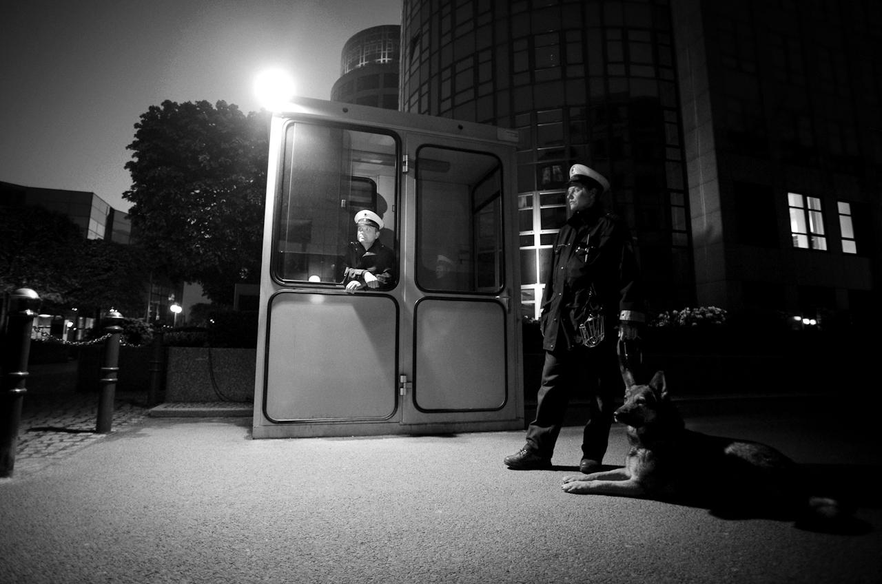Dienstbeginn für die beiden Bundespolizisten André Effer (46, l), Sandy Schulz (31) und Schäferhund Wasko (6) ist heute um 21.30 Uhr vor dem Bundesministerium des Innern in Berlin. Die Beamten arbeiten im 3-Schicht-Dienst und werden erst am nächsten Morgen Feierabend haben.
