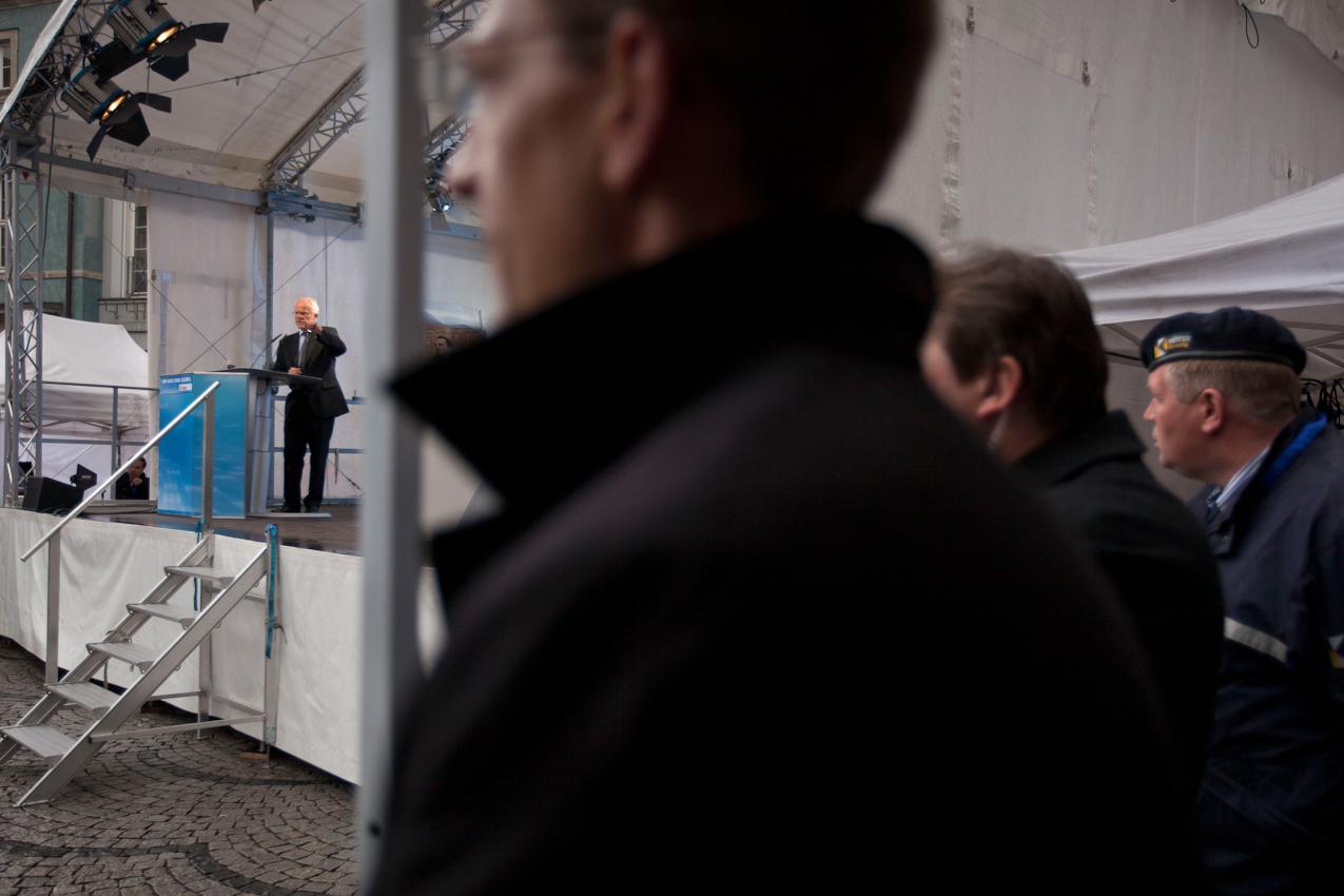 Unter den Augen zahlreicher Sicherheitsleute haelt Ministerpraesident Juergen Ruettgers auf der Buehne vor dem Rathaus in Duesseldorf eine seiner letzen Reden in diesem Landtagswahlkampf.