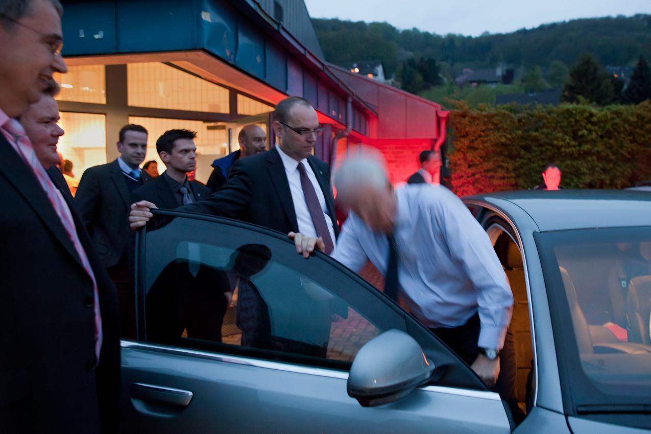 Nach dem Ende einer Diskussionsveranstaltung in Bad Muenstereifel, der Zuhoer-Tour, wird Ministerpraesident Juergen Ruettgers, Spitzenkandidat fuer die NRW-Landtagswahl der CDU, von Personenschuetzern und seinem Referenten zum Dienstwagen geleitet. Es ist fast halb zehn, es geht nach Hause.