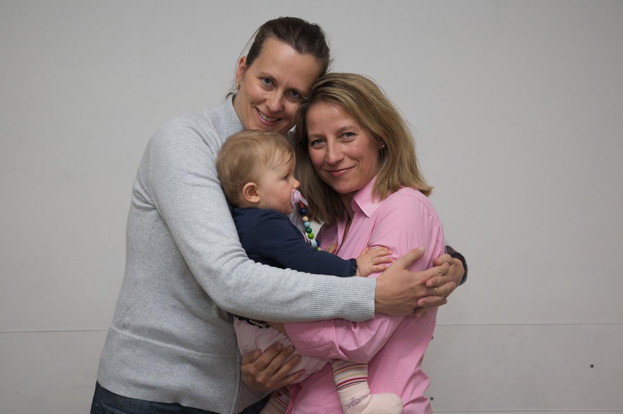 Regenbogenfamilien vernetzen sich: Eine Gruppe lesbischer Mütter mit ihren Kindern trifft sich am Freitag, den 7. Mai nachmittags zu einem Picknick in den Räumen der Münchner Aids-Hilfe.