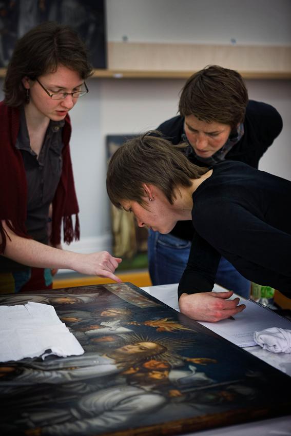 Die Restauratorinnen versuchen, die Vorgehensweise von Holbein zu ergründen.