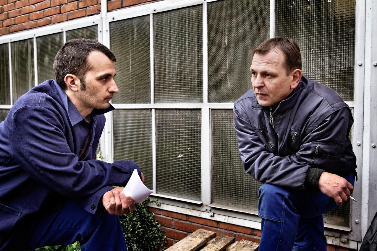 Kresimir Tafra (l.), 30, Mechaniker, hat bereits mündlich seine Kündigung erhalten. Er unterhält sich mit seinem Kollegen Drazen Krkac (r.), 44, ebenfalls Mechaniker bei KBA-Metalprint.