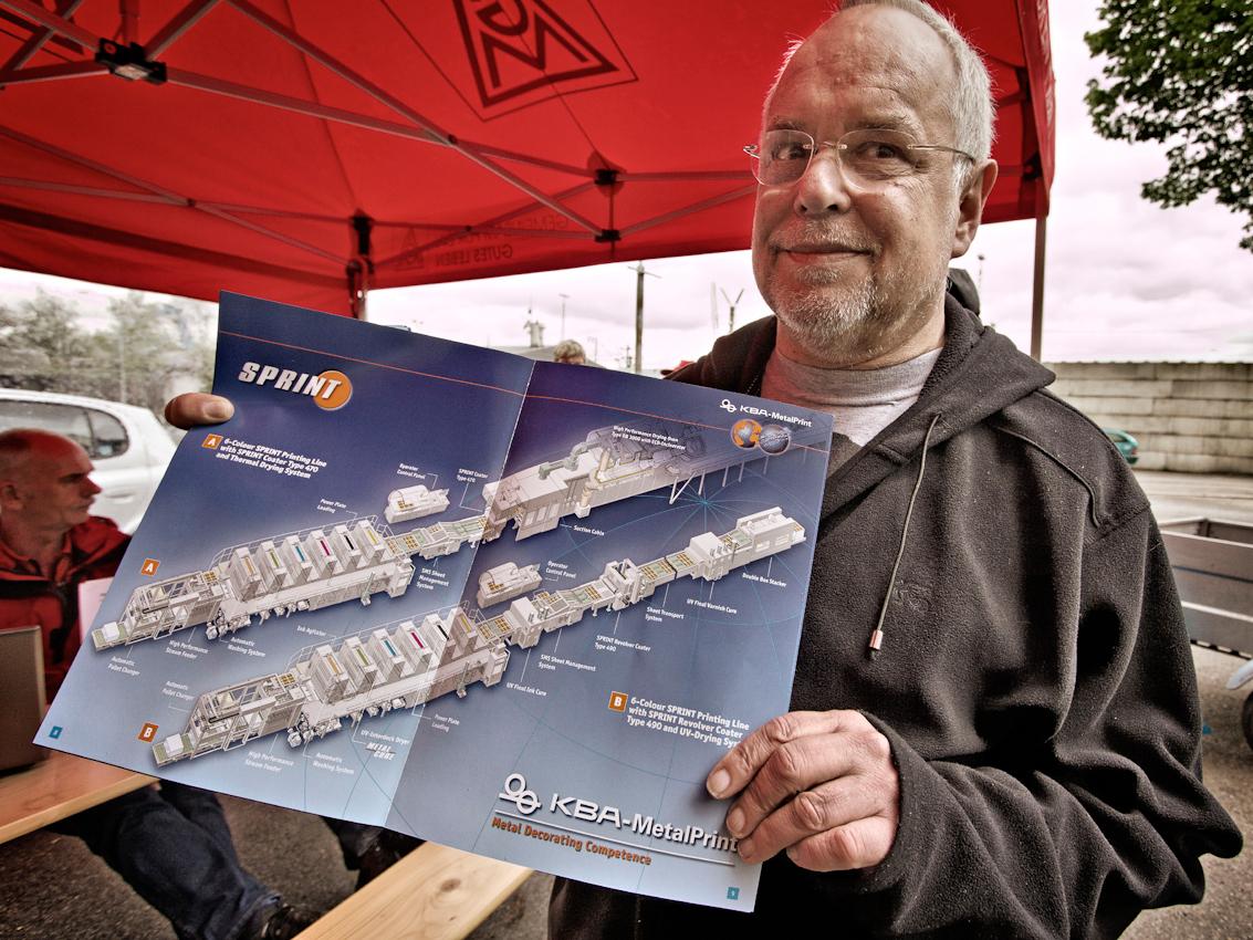 Manfred Jansen (62), ehemaliger Betriebsratsvorsitzender der KBA-Metalprint, jetzt im Vorruhestand, zeigt voll Stolz ein Bild der riesigen Verarbeitungsstraßen, die bisher im Werk Feuerbach hergestellt wurden.