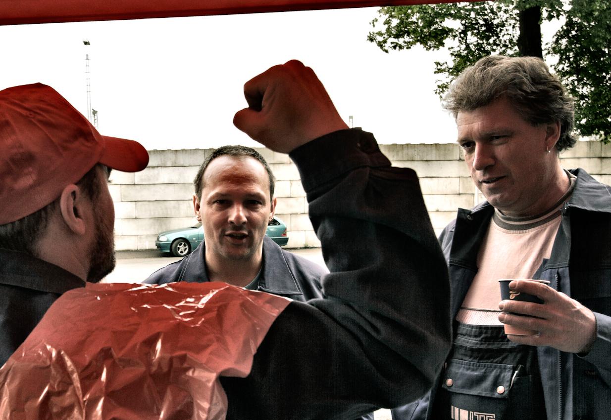 """Marco Neitsch, 37, Mechaniker, spricht mit Kollegen, die die in der Mittagspause die Mahnwache """"besuchen""""."""