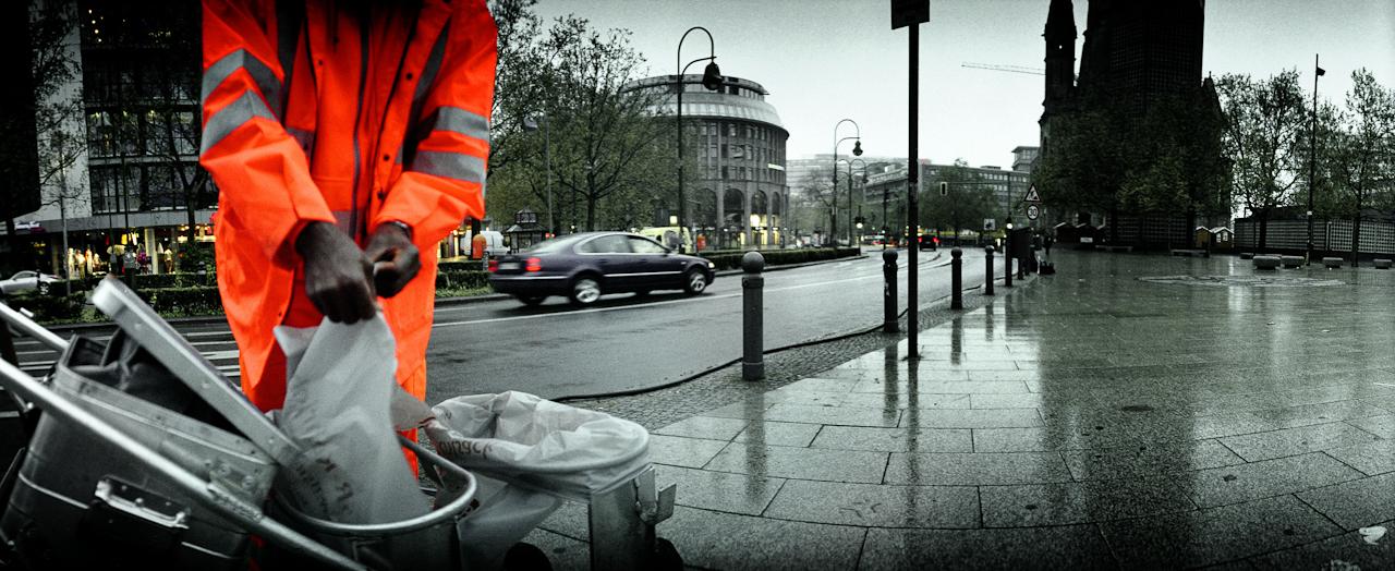 Straßenreiniger in den fruhen Morgenstunden auf dem Breitscheidplatz in Berlin