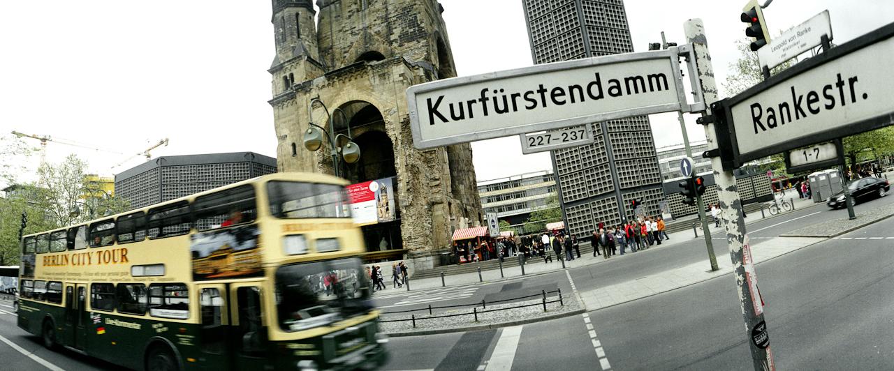 Touristenbus vor der Gedächtniskirche in Berlin