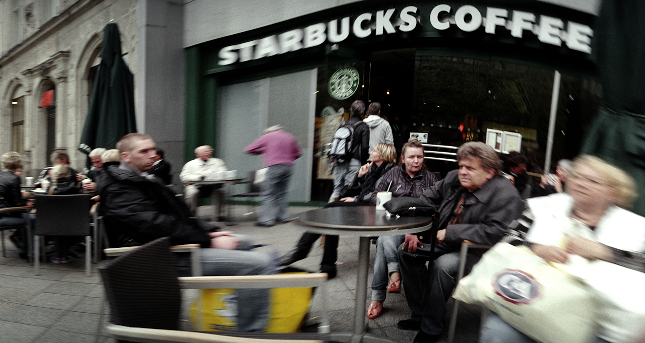 Cafepause bei Starbucks auf dem Ku'damm in Berlin