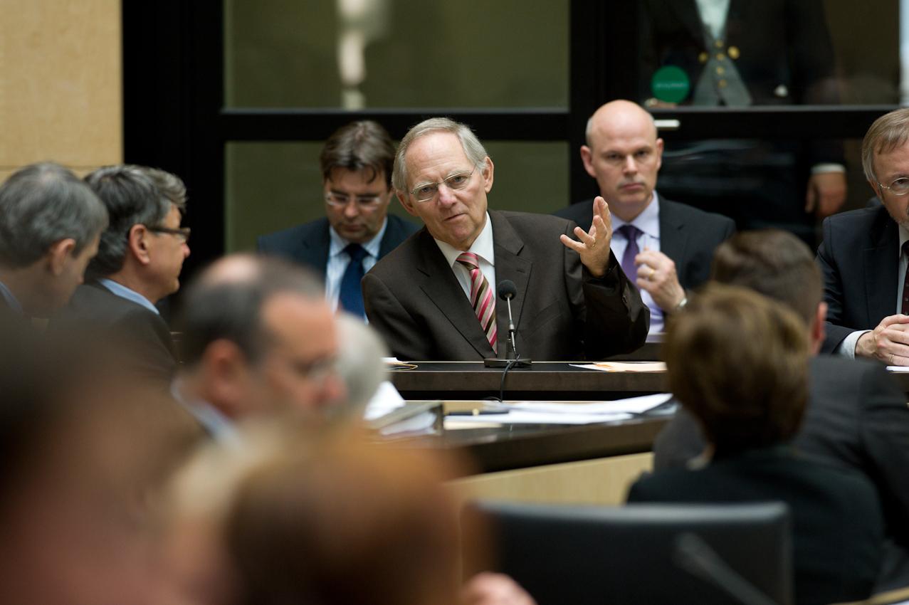 """07 MAI 2010, BERLIN/GERMANY: Bundesfinanzminister Wolfgang Schäuble (CDU) hält eine Rede, während der Bundesratsdebatte zur sog. Griechenlandhilfe, laut Tagesordnung """"Gesetz zur Übernahme von Gewährleistungen zum Erhalt der für die Finanzstabilität in der Währungsunion erforderlichen Zahlungsfähigkeit der Hellenischen Republik (Währungsunion-Finanzstabilitätsgesetz - WFStG)"""",  Plenum, Bundesrat"""