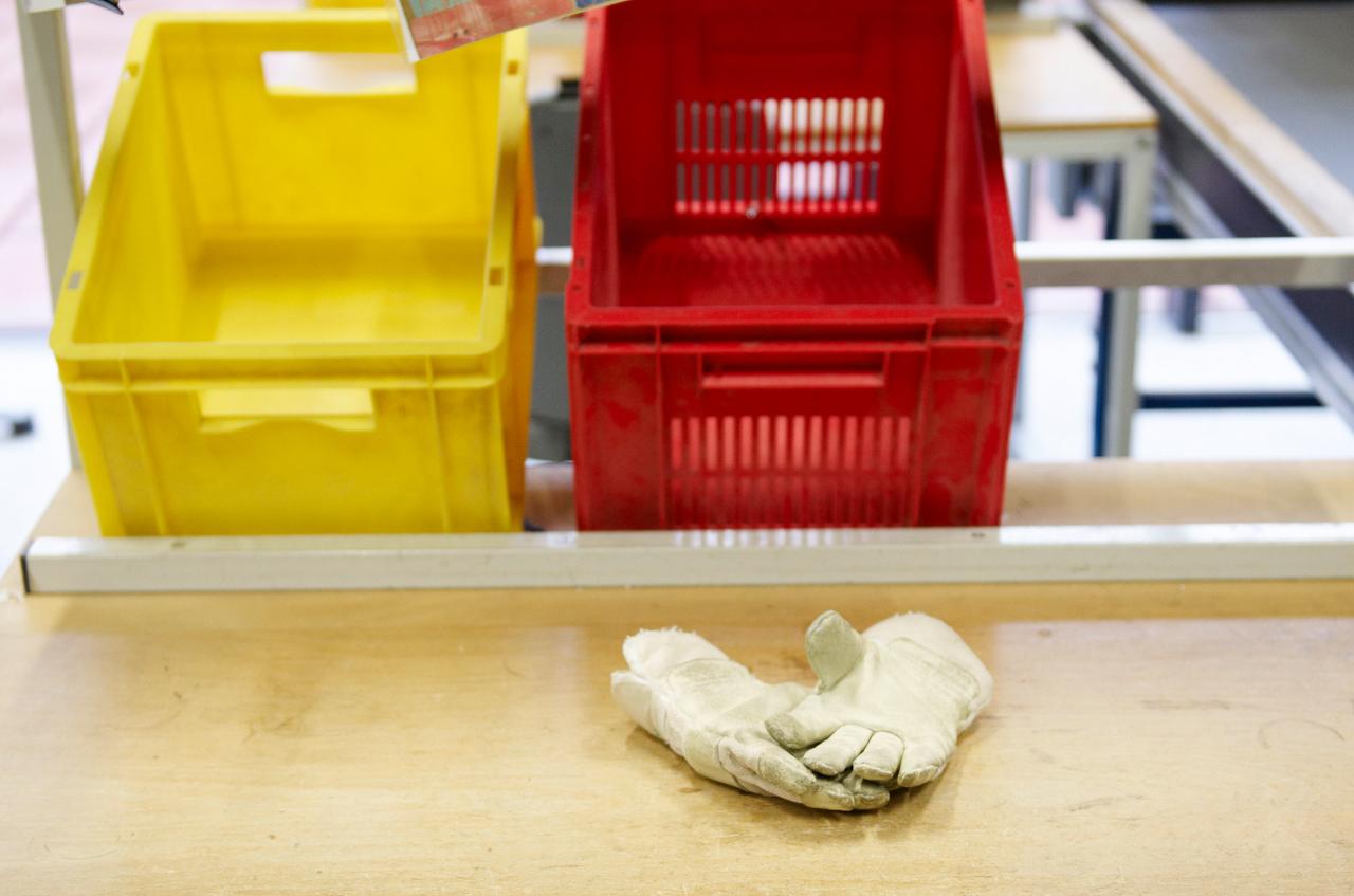 Pause. Handschuhe an einem verlassenen Arbeitsplatz.