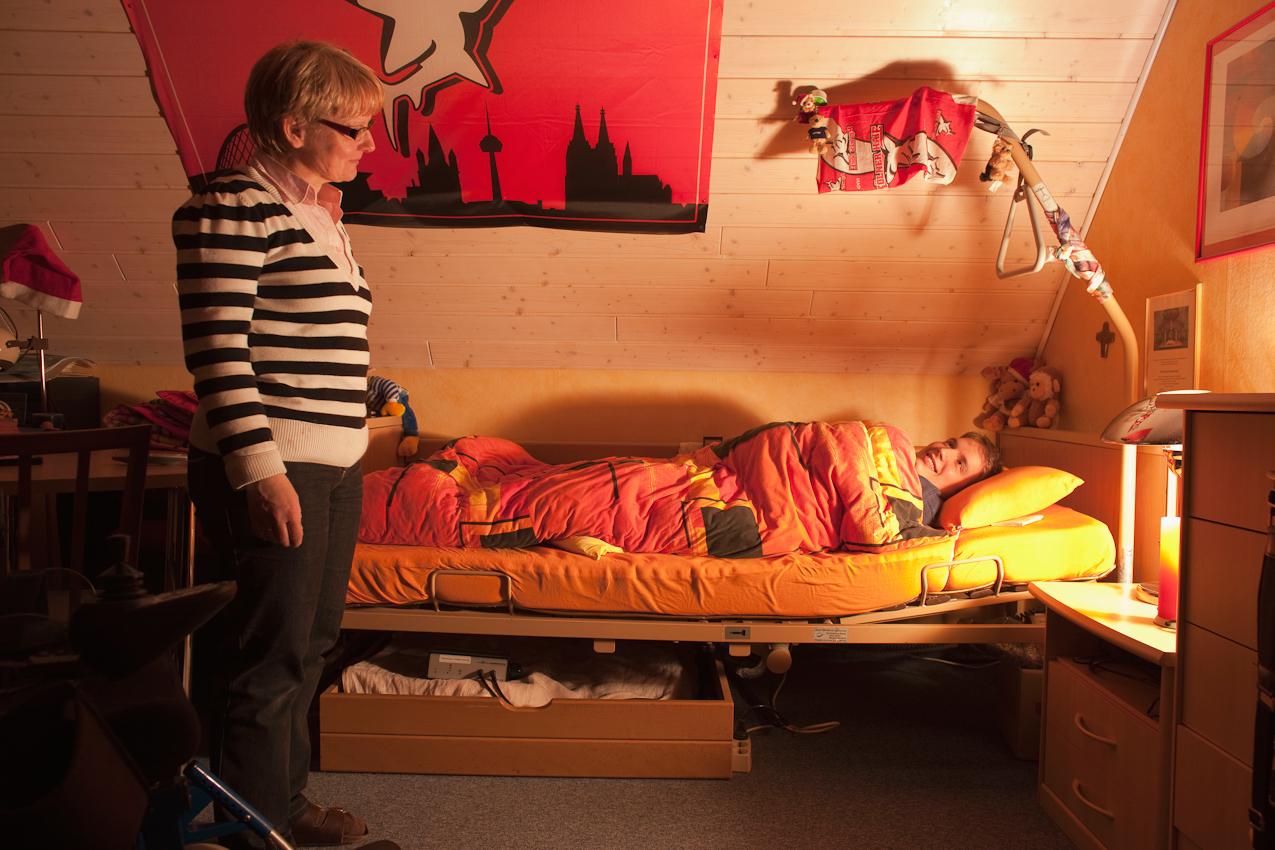 """23:34 Uhr: Matthias und seine Mutter verabschieden sich für die Nacht. Eine Szene, die sehr schön ist,und zugleich bald der Vergangenheit angehören soll: Die beiden sprechen oft und mit Freude darüber, dass Matthias irgendwann einmal """"Hotel Mama"""" verlassen kann und in seine eigene betreute Wohnung einzieht."""