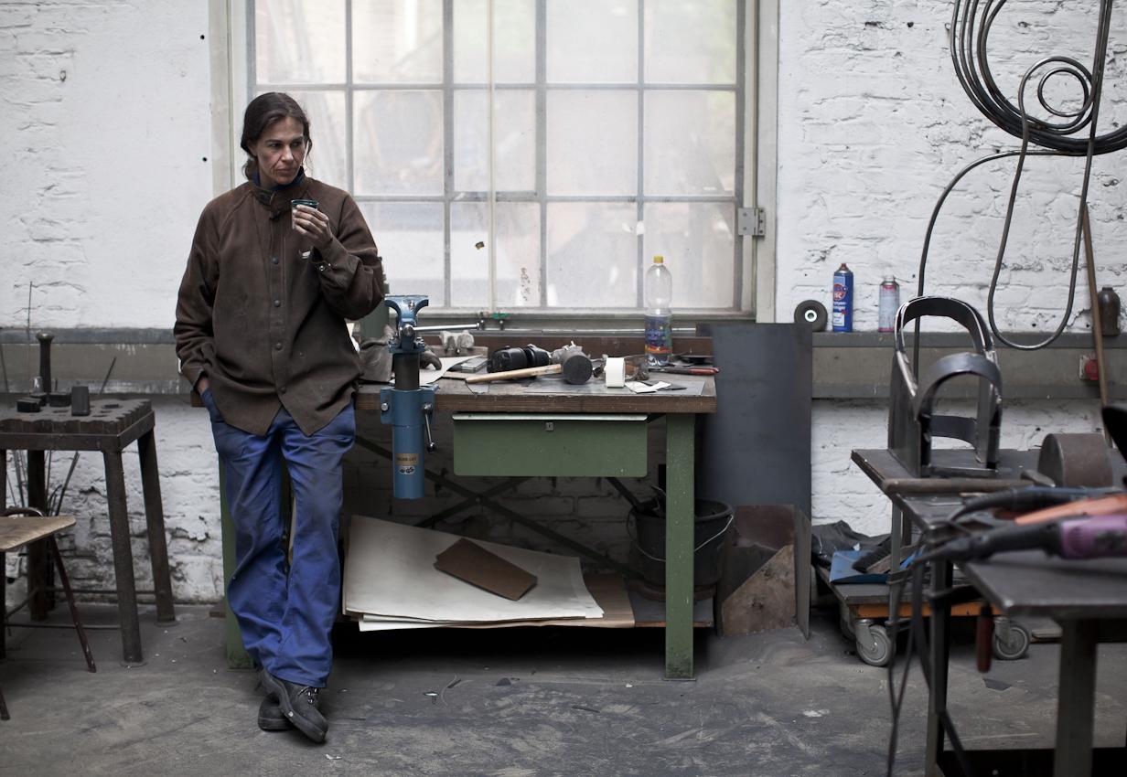 Schweißgerät, Flex und Blechschere sind die wichtigsten Werkzeuge der Künstlerin Kristina Redeker-Warter. In den Pankerhallen in Berlin können sich Künstler einen Arbeitsplatz mieten und so ihre Ideen verwirklichen. Alles beginnt mit einer Zeichnung, auf die ein 3d-Modell aus Pappe folgt. Danach wird die Figur in Stahl umgesetzt. Immer wieder wird die Arbeit unterbrochen, um die Proportionen und die Spannung des Objekts zu kontrollieren.