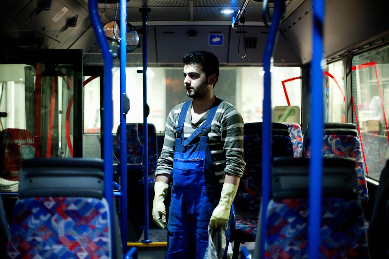 """Es ist 0.43 Uhr. Der """"Tanker"""" Serdar Kilic säubert während der Nachtschicht einen Linienbus der PVGVHH (Pinneberger Verkehrsgesellschaft mbH Verkehrsbetriebe Hamburg-Holstein AG). Der Betriebshof befindet sich in Schenefeld, einem Vorort von Hamburg."""