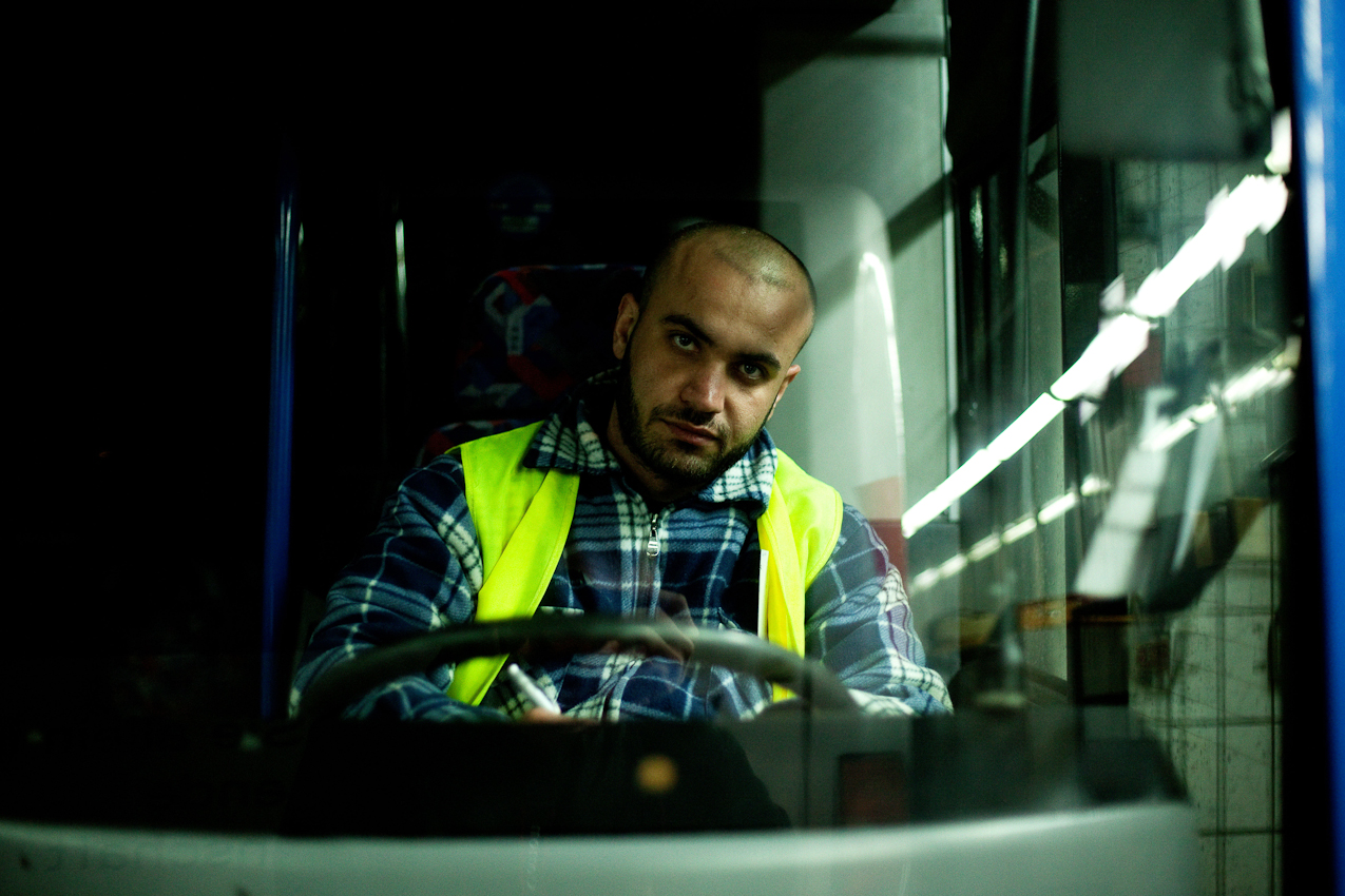 """Es ist 0.43 Uhr. Der """"Tanker"""" Zekeriya Sayid fahrt einen """"pausierenden"""" Linienbus der PVGVHH."""