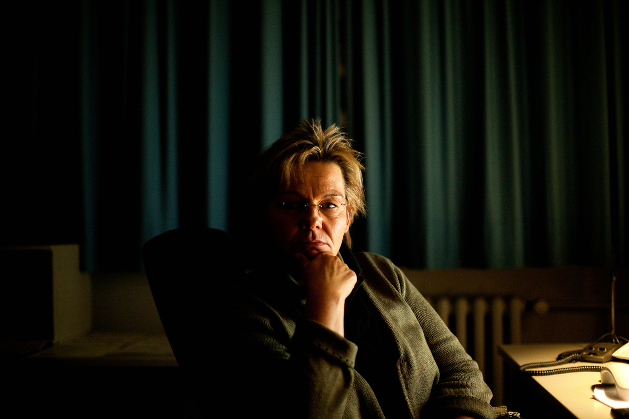 Es ist 23.28 Uhr. Im Funkhaus des NDR in Hamburg nimmt Frau Vetter die Anrufe und Kommentare u.a. zur NDR Talkshow entgegen. Ihre Aufzeichnungen leitet sie an die jeweilige Redaktion weiter. Den Spätdienst hat sie jetzt hinter sich.
