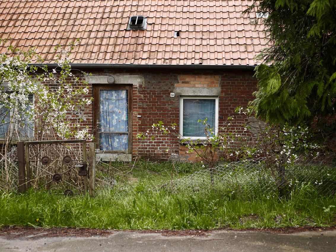 Ein Haus verfällt am Dorfrand.