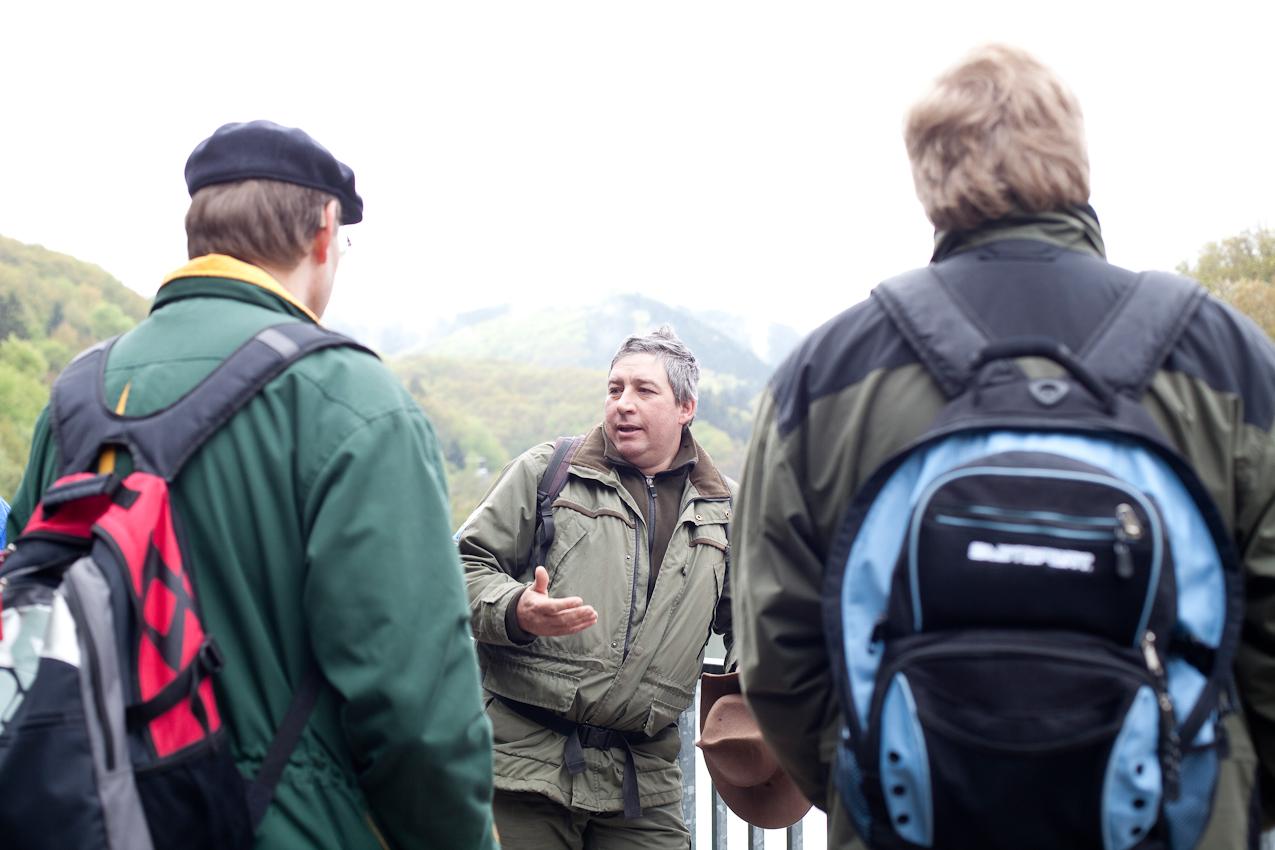 Information: Am Anfang der Tour steht das Briefing über das Verhalten im Nationalpark. Ranger Roland Wollgarten am Ausgangspunkt der Wanderung dem Nationalpark Tor Heimbach.