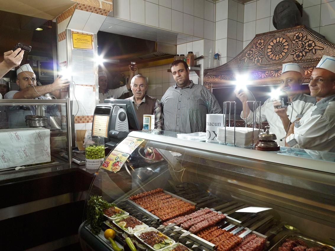 Ömer Aldag mit seinem Vater Mehmet Aldag, der das Restaurant Kilim gegründet hat und es jetzt von seinem Sohn Ömer führen lässt.