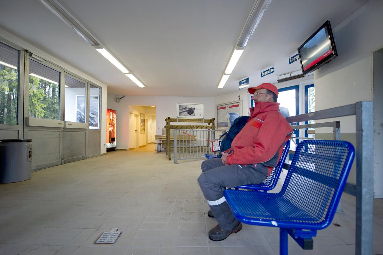 Benno Glatz wartet am Morgen auf die erste Bahn zum Gipfel der Zugspitze. Jetzt sind keine Touristen unterwegs.