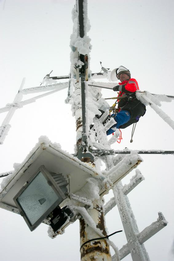 Benno Glatz am definitiv höchsten Punkt Deutschlands. Der Antennenmast auf dem Turm des deutschen Wetterdienstes überragt den Gipfel um einige Meter. Hier liegt gleichzeitig der weltweit höchste Versorgungspunkt von E.ON Energie.