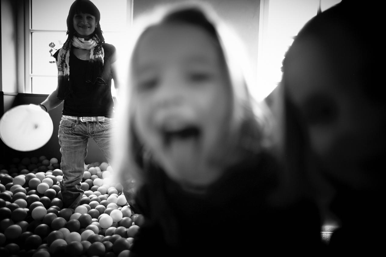 13.44 Uhr. Yvonne Arnold spielt mit den Kindern im Bällebad.