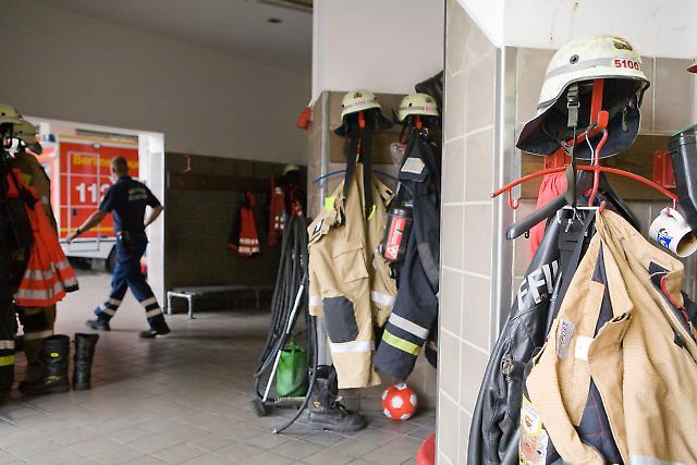 In der Feuerwache Neukölln - Die Schutzkleidung und Ausrüstung der diensthabenden Feuerwehrleute befindet sich immer an einem bestimmten Platz, so dass diese bei einem Alarm in kürzester Zeit angelegt werden kann.