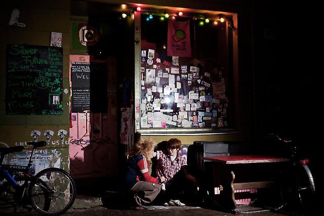 """Jessica Byrskog und Liisa Ambur vor der Bar """"Silver Future"""" in der Weserstraße in Berlin-Neukölln."""