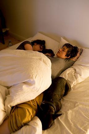 Ein Tag mit Michi und Janni, 7.05.2010, Berlin - Janni (29) und Michi (30)  liegen mit ihren Hunden Carl und Wilma im Bett. Frueher Morgen in der gemeinsamen Wohnung in Moabit.