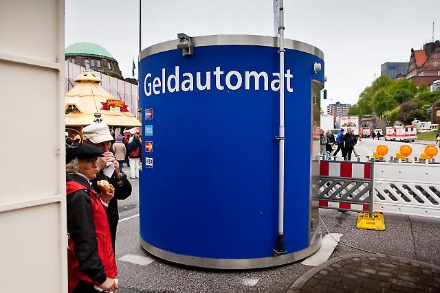 Deutschland, Hamburg, Sankt Pauli, Hafengeburtstag 2010, 08,05,2010, Samstag, mobiler Geldautomat an den Landungsbruecken
