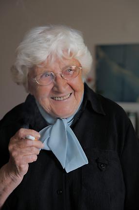 Käthe Wagner (89) in ihrer Berliner Ein-Zimmer Wohnung.