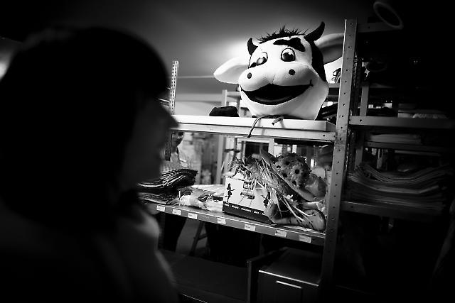 """09.00 Uhr. Yvonne Arnold (31) ist Animateurin für Kinder und Jugendliche in der Ferienanlage """"Dorfhotel / Land Fleesensee"""". Sie ist heute zuständig, als Maskotchen Resi zum Frühstück aufzutreten. Das Kostüm der Kuh liegt im Lagerraum der Hotelanlage."""